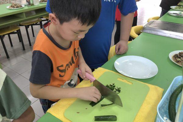 孩子練習拿刀切菜